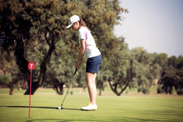화창한 날에 골프 소녀