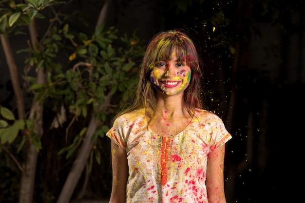 어린 소녀는 holi를 계기로 색상으로 활약합니다. 인도 축제 holi에 대한 개념. 컬러 스플래시.