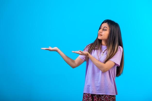 Молодая девушка указывая на что-то.