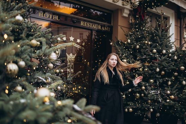 クリスマスツリーに近いポーズの少女