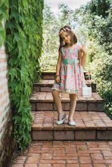 정원 계단에서 포즈를 취하는 소녀