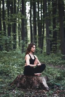 어린 소녀는 숲에서 요가 연습, 프라이버시와 집중력, 햇빛을 즐기는 개념