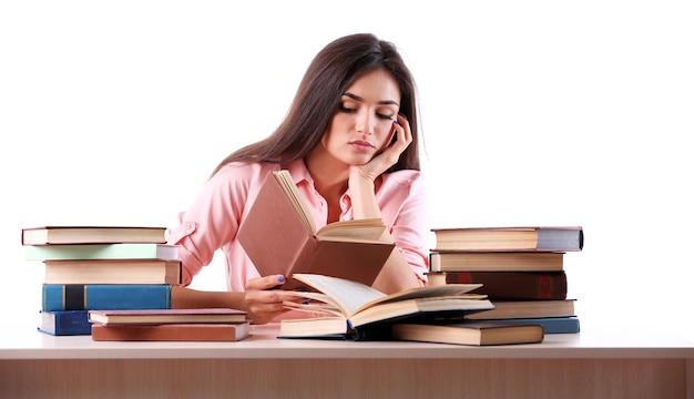 화이트에 책을 읽는 어린 소녀