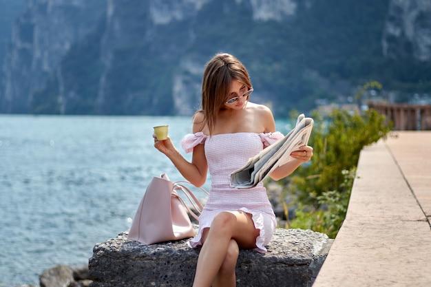 若い女の子読書新聞