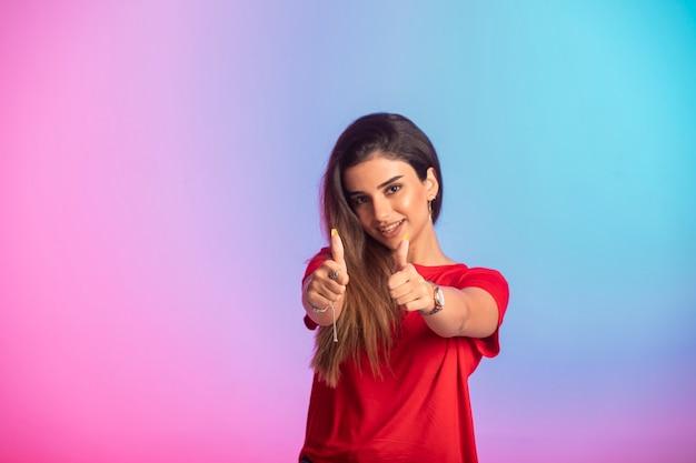La ragazza in camicia rossa si sente bene.