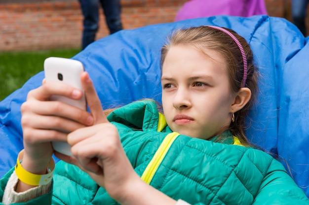 어린 소녀 그녀의 모바일 체크 아웃 휴식