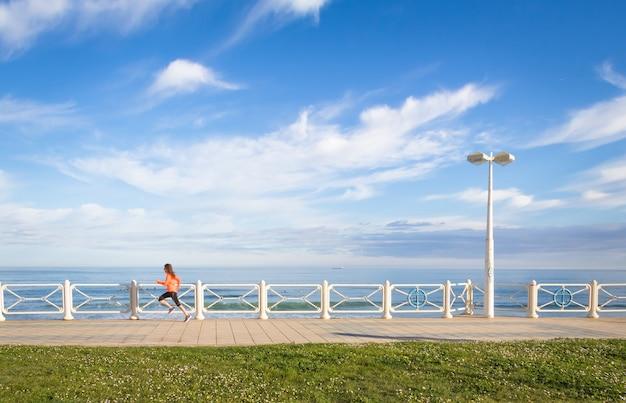 Молодая девушка работает на пляжной набережной летом