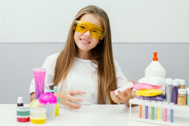 실험실에서 점액을 만드는 어린 소녀 과학자