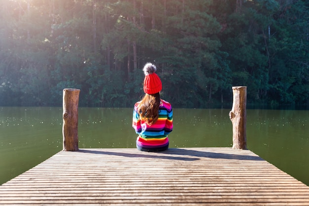부두에 앉아 어린 소녀입니다.