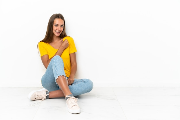 勝利を祝って床に座っている少女