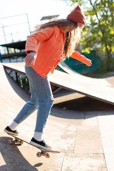 Молодая девушка на коньках на улице
