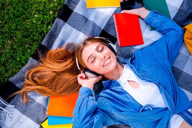 ヘッドフォンを使用して幸せに笑っている少女