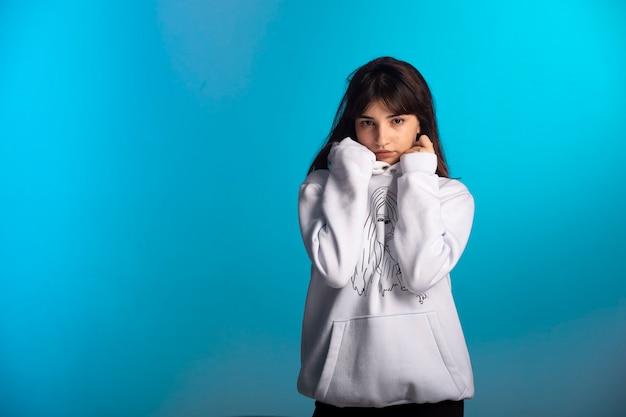 La ragazza in abiti sportivi in getti sembra pensierosa.