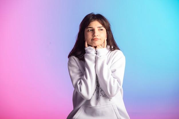 Giovane ragazza in abiti sportivi e acconciatura corta, vista frontale.