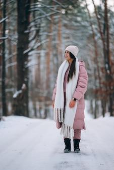 雪道の真ん中に立つ少女
