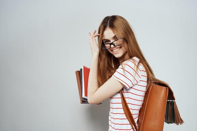 本の肖像画を持つ若い女子学生