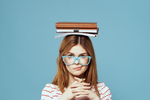 Молодая девушка студент с учебниками тетрадей и рефератов в руках
