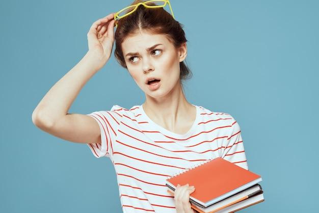 Студент молодой девушки с учебниками