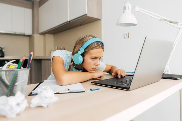 Молодая девушка учится дома