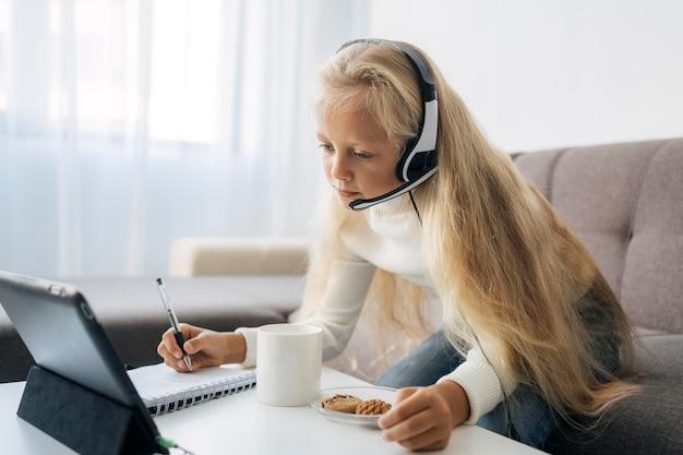 家で勉強している少女