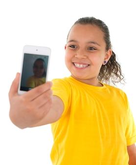 Молодая девушка, делающая автопортрет с камерой телефона