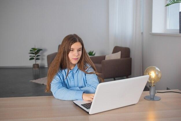 Молодая девушка берет онлайн-классы из дома