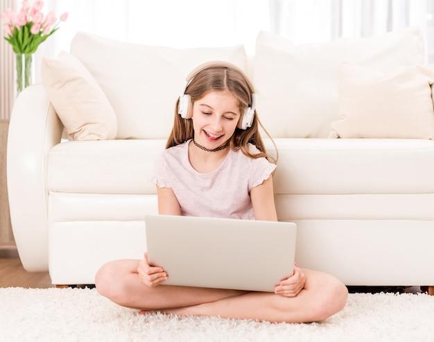Молодая девушка с фото на планшете