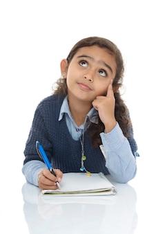 解決策を考えている若い女の子