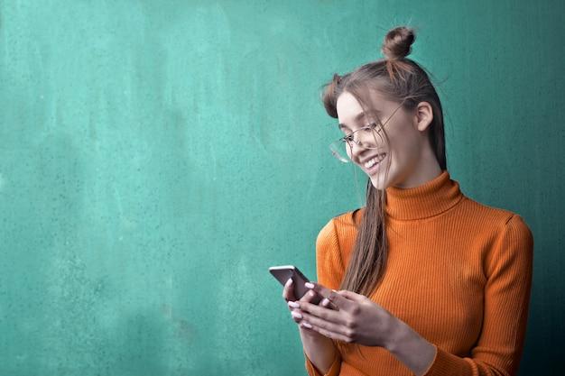 スマートフォンを使用して若い女の子