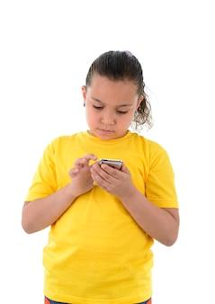 Молодая девушка с помощью мобильного телефона