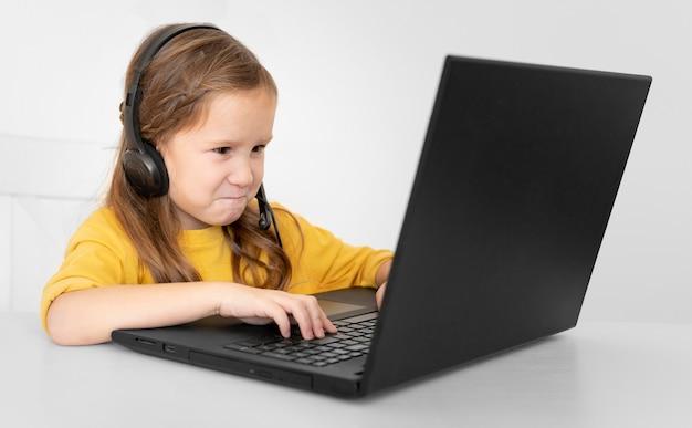 헤드폰으로 노트북을 사용 하여 어린 소녀