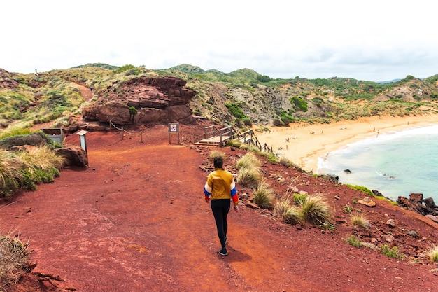 메 노르 카, 스페인에서 caballeria 해변을 향해 걷는 어린 소녀