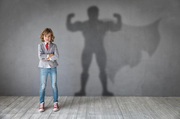 Молодая девушка хочет стать супергероем