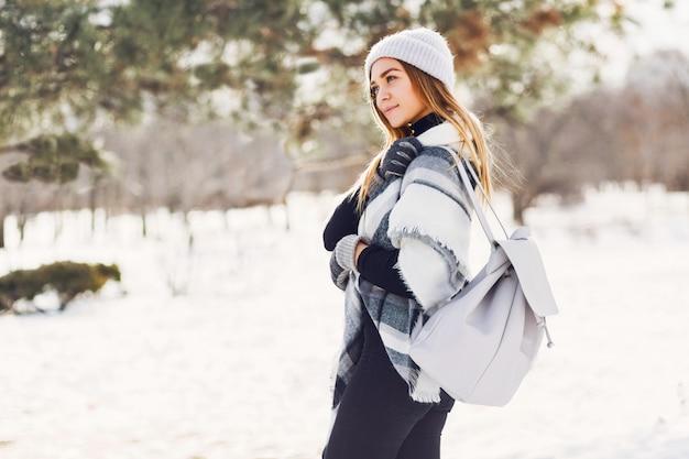 Молодая девушка носить одеяло на снежном поле