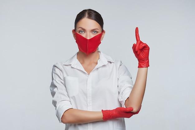 Молодая девушка в перчатках и маске.