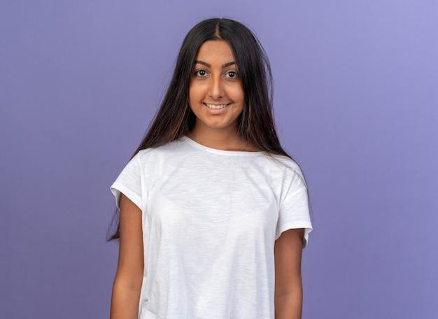 Ragazza in maglietta bianca che guarda l'obbiettivo sorridente felice e allegro
