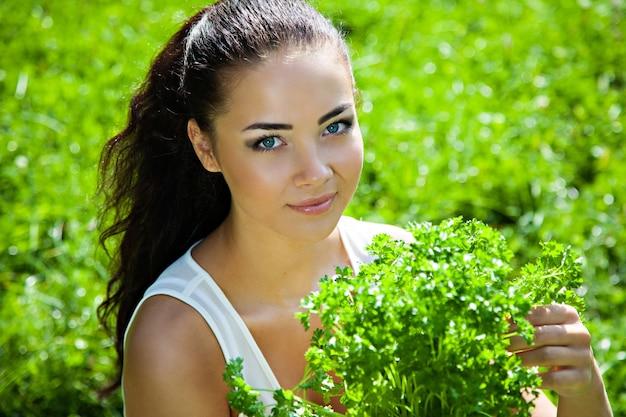 피크닉 야외, 건강 식품 개념에서 야채와 과일 바구니와 함께 어린 소녀