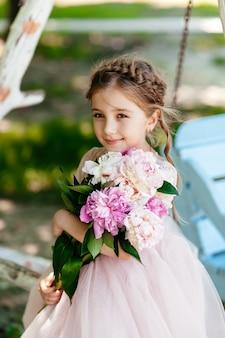 꽃의 부케와 함께 어린 소녀