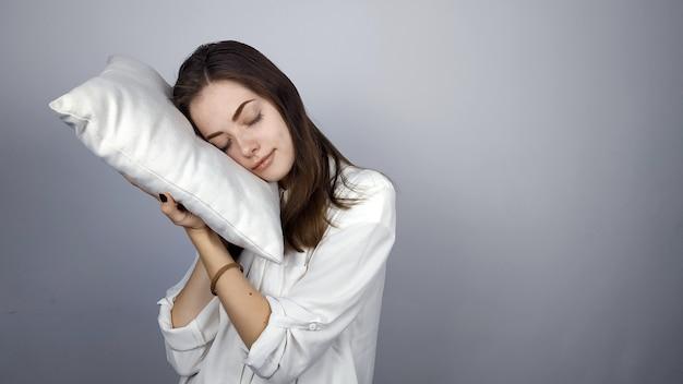 枕を持つ少女