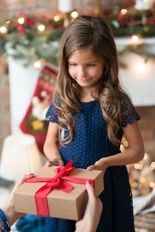 プレゼントを持った少女