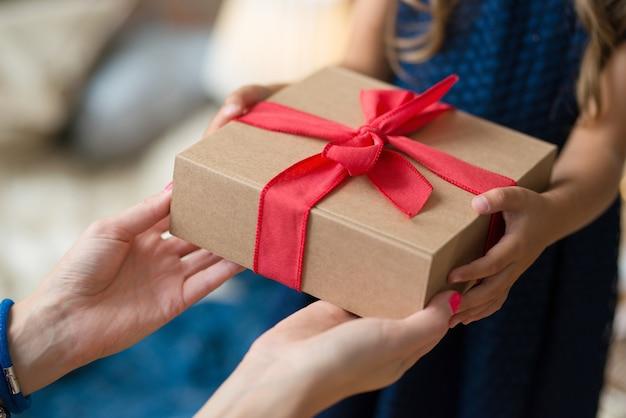 Молодая девушка с подарком