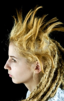 黒の背景に奇妙な髪型の少女