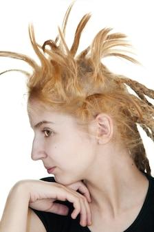 白い背景の上の奇妙な髪型の少女