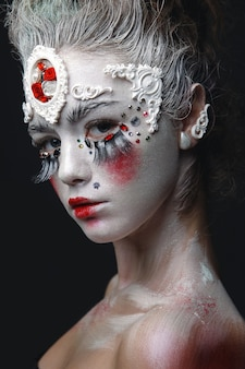 白い髪と創造的なメイクを持つ少女