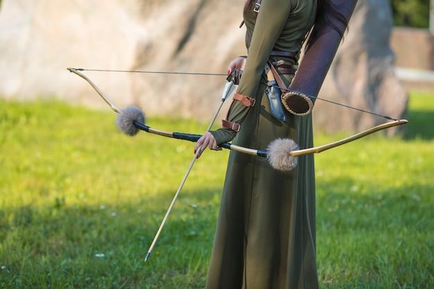 Молодая девушка со стрелами и луком