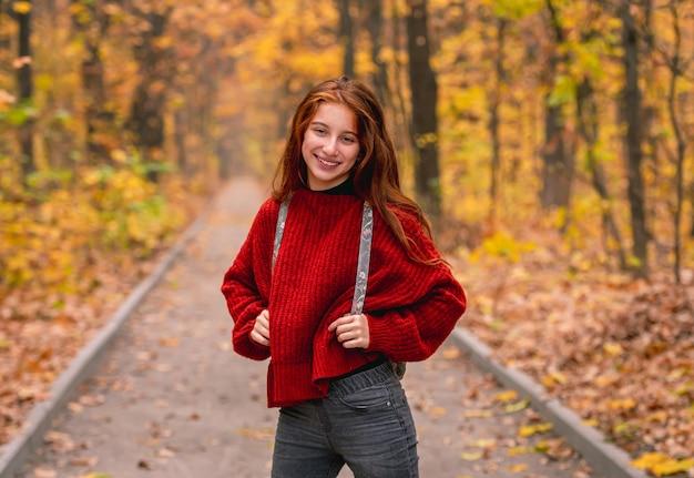 다채로운가 공원 도로에 포즈 배낭 어린 소녀