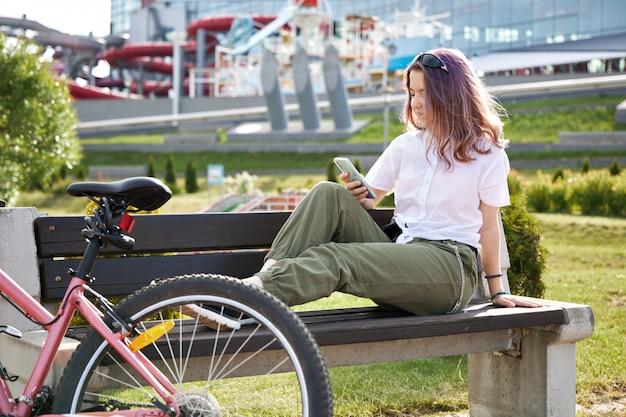 市内の自転車を持つ少女