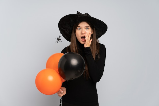 검은 모자와 풍선을 들고 검은 드레스와 어린 소녀
