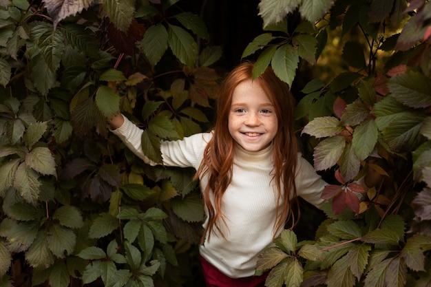 가을 시간에 야외에서 가족과 함께 어린 소녀