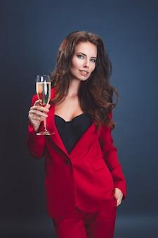 Молодая девушка с бокалом шампанского.